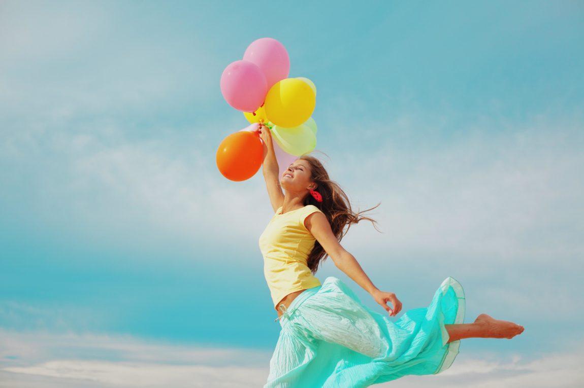 Comment vivre heureux : femme avec des balons
