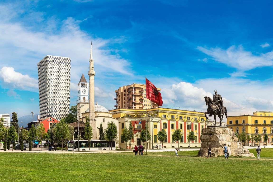Que faire à Tirana ? Voir la place Skanderbeg
