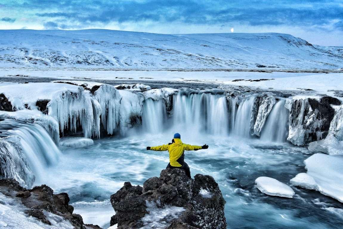 Homme devant des chutes d'eau en Islande