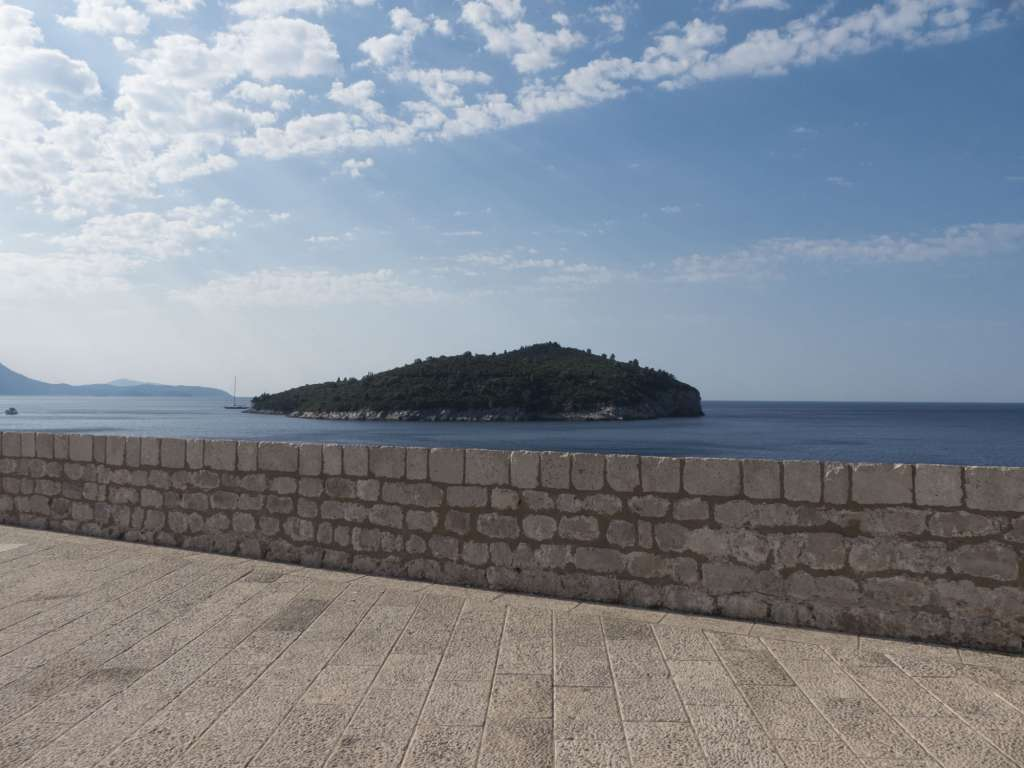 Vue sur l'île de Lokrum depuis les remparts