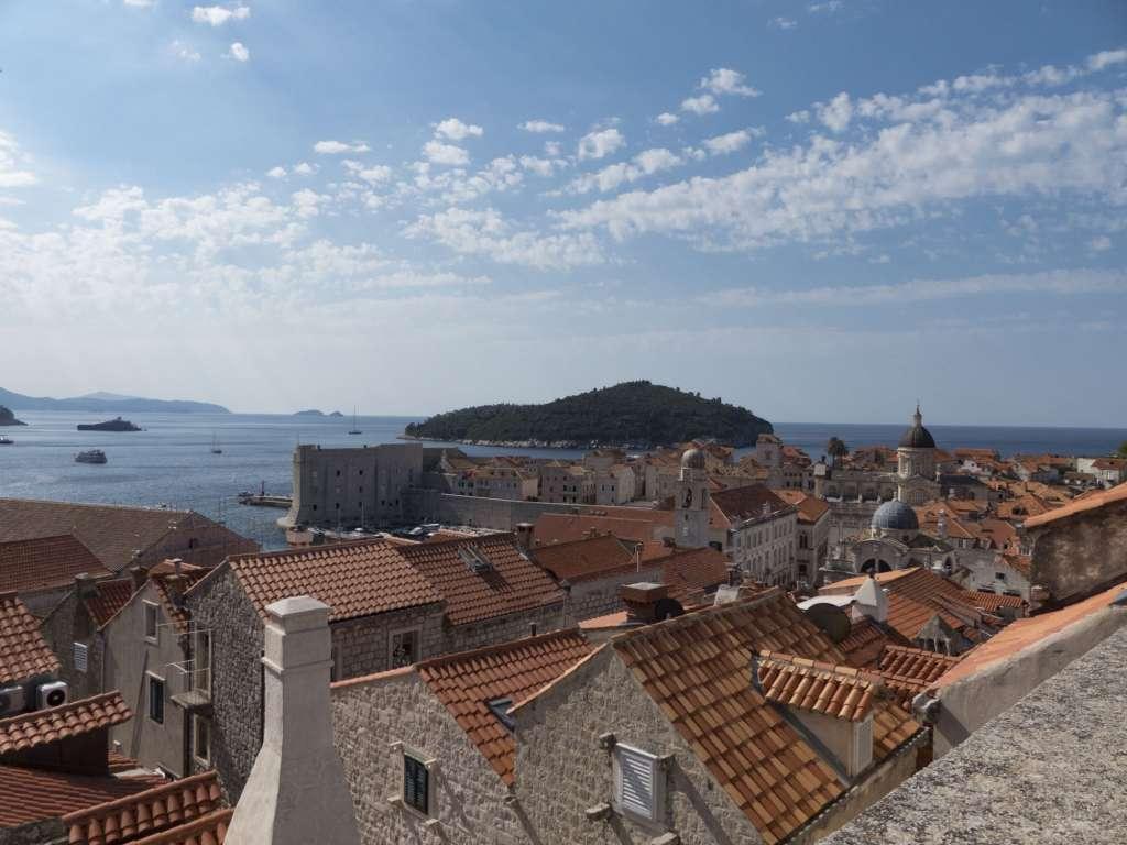 Vue sur l'île de Lokrum et la vieille ville de Dubrovnik depuis les remparts