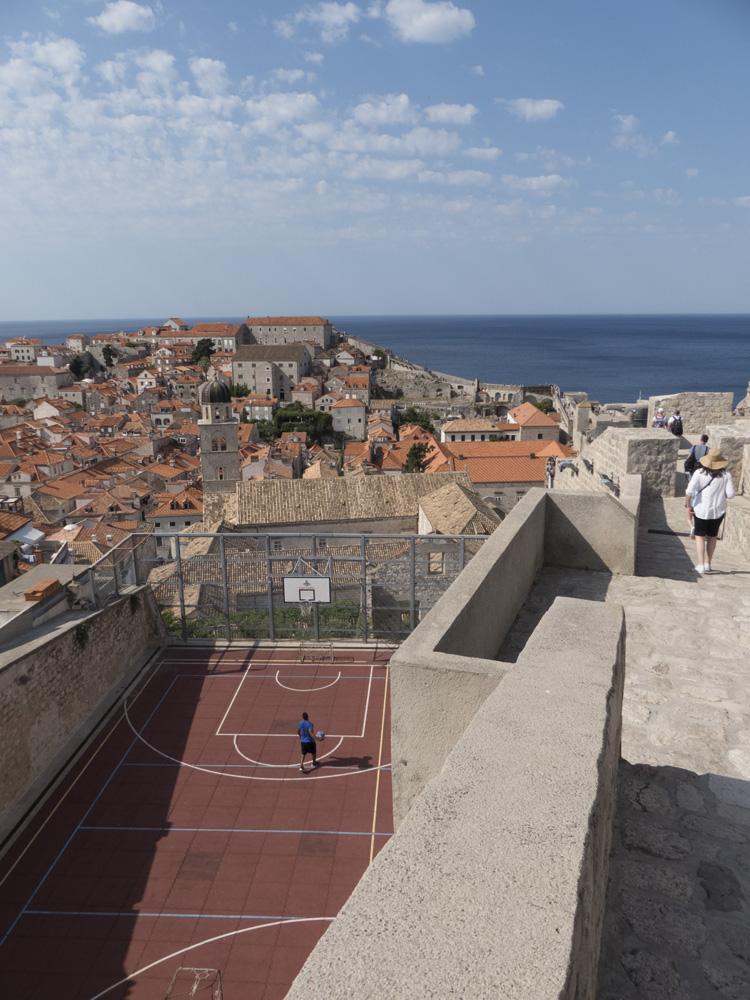 Vue un terrain de basket depuis les remparts de Dubrovnik