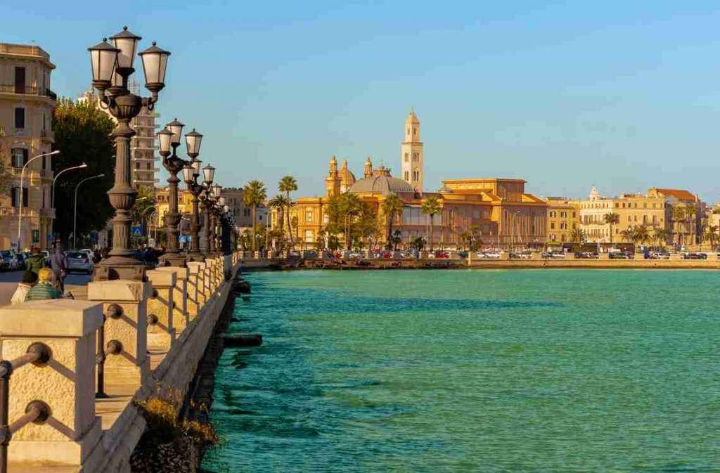 Le front de mer de Bari est agréable pour une promenade