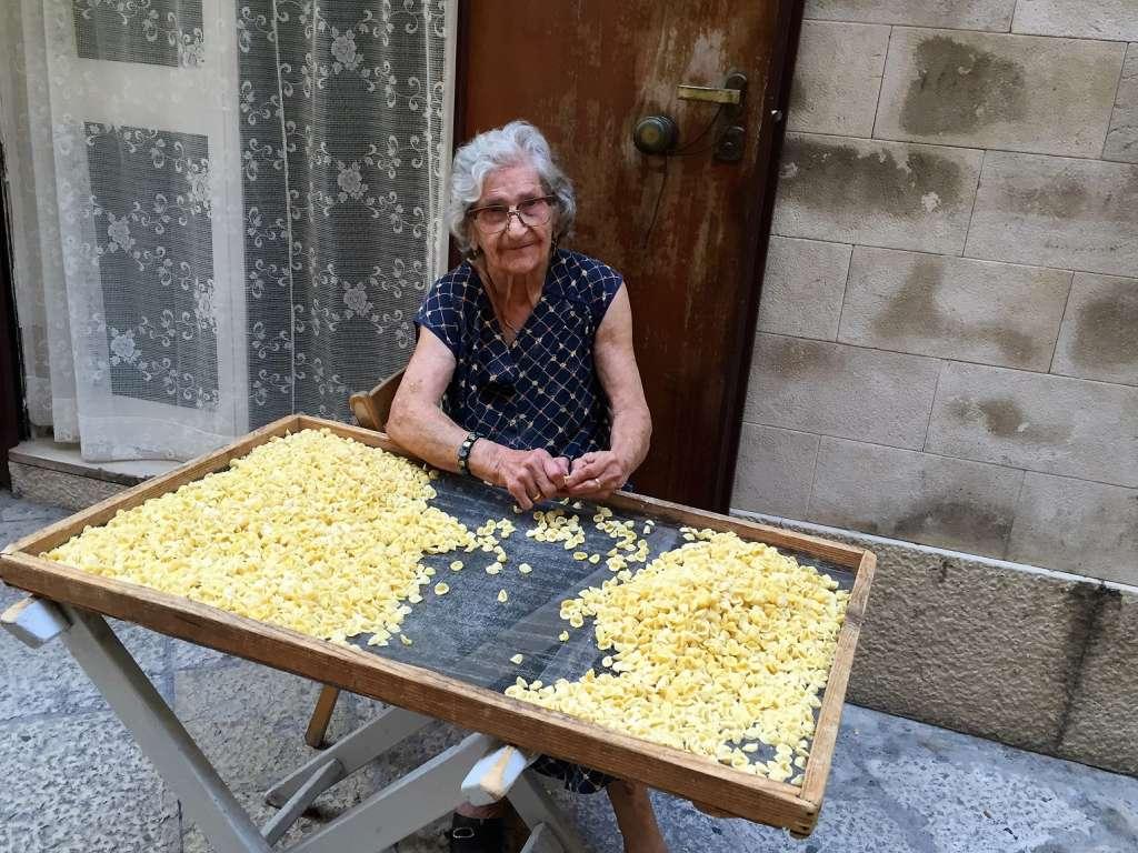 Mamie italienne fabricant des orecchiette
