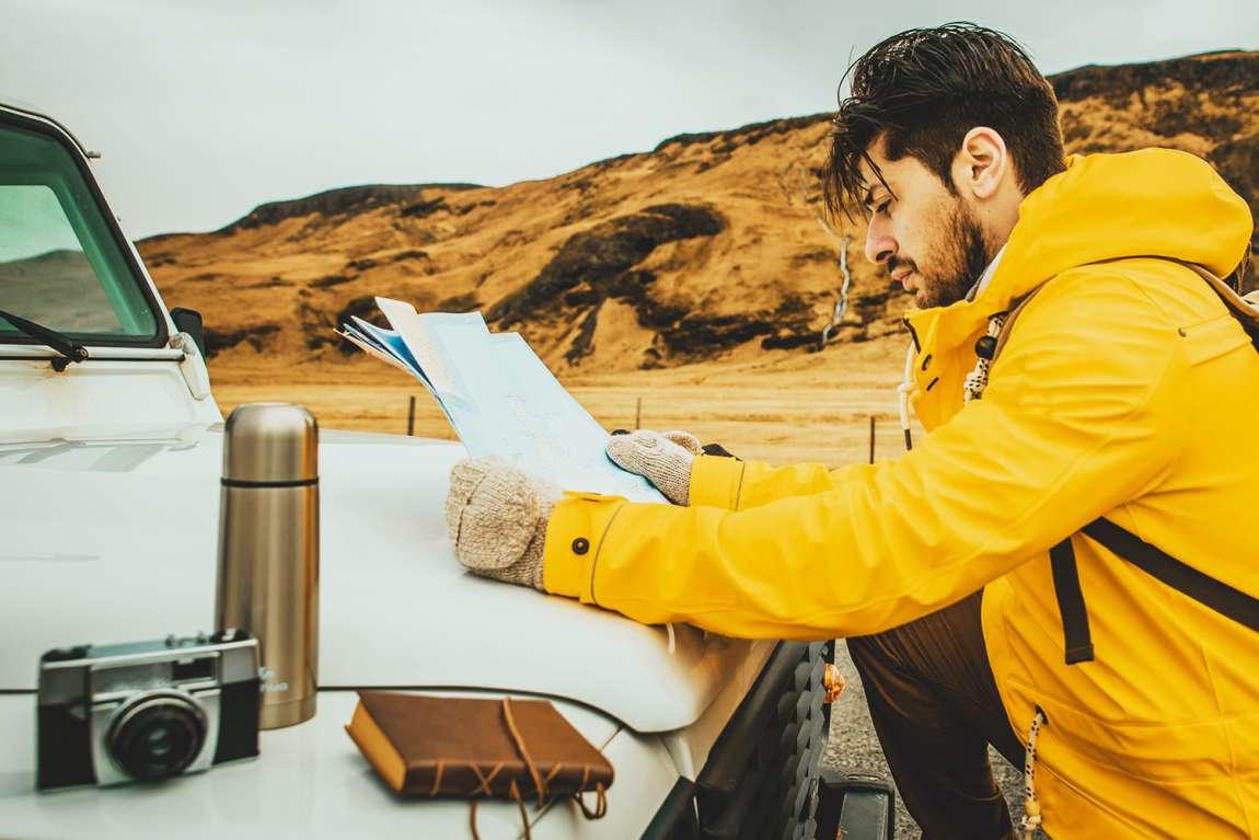 jeune homme qui découvre l'islande en camping car